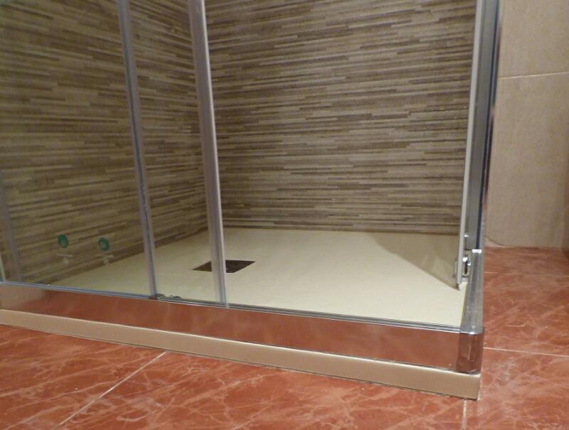Cambiar bañera por plato de ducha Torrelodones Cambiar bañera por plato de ducha Torrelodones: Has visto la nueva obra de bañera por ducha en el baño de tu vecina y quieres un resultado igual de magnífico. Comprar un cambio de bañera por ducha es la solución. Nuestra oferta incluye la instalación de la mampara. El objetivo principal de Multichollo es adaptar el cuarto de baño a las necesidades de cada cliente. Multichollo es el reflejo de 45 años de trabajo garantizando cada obra de baño en Torrelodones y toda la Comunidad de Madrid. Confíe en nosotros y realice el cambio de bañera por plato de ducha. No ofrecemos financiación pero nuestro precio de cambio de bañera por ducha es barato a comparación del resto de las empresas del sector. Además la financiación conlleva intereses y gastos de gestión encubiertos. Cambiar bañera por plato de ducha Retiro